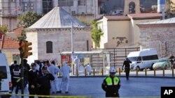 자살폭탄 공격을 받은 현장 인근에 경찰이 바리케이트를 치고 출입을 통제하고 있다.