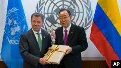 후안 마누엘 산토스 콜롬비아 대통령(왼쪽)이 지난달 19일 뉴욕 유엔본부에서 반기문 유엔 사무총장에게 반군과 체결한 평화협정 사본을 전달하고 있다. (자료사진)