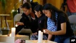 Những người tham dự buổi cầu nguyện thắp nến tại Nhà thờ Tin lành Giám lý Trung tâm ở Sedro-Woolley, tiểu bang Washington.