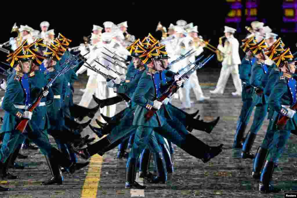 សមាជិកនៃក្រុមទាហានកិត្តិយសរបស់កងកម្លាំងប្រធានាធិបតីសម្តែងក្នុងពិធីបុណ្យ International Military Orchestra Music Festival នៅក្នុងទីលាន Red Square ក្នុងក្រុងមូស្គូ ប្រទេសរុស្ស៊ី កាលពីថ្ងៃទី២៦ ខែសីហា ឆ្នាំ២០១៧។