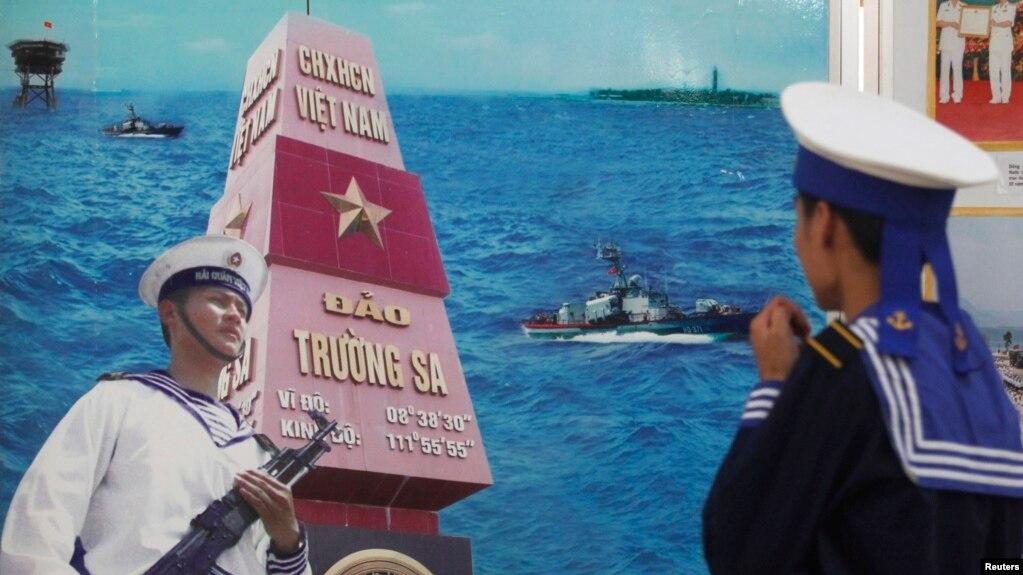 Một người lính hải quân Việt Nam đang ngắm một bức tranh cổ động về quần đảo Trường Sa trong một cuộc triển lãm.