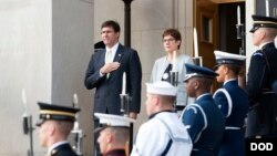 Министры обороны США Марк Эспер (слева) и Германии Аннегрет Крамп-Карренбауэр (справа)