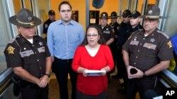 Kim Davis (tengah) memberi pernyataan kepada media di Morehead, Kentucky, Senin (14/9).