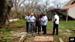 El vicepresidente de EE.UU., Mike Pence, y su esposa Karen Pence, observan de primera mano los daños causados en St.Croix, Islas Vírgenes, por el huracán María.Oct. 6, 2017.