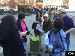民主党代表候选人刘林剑虹(中)、社区领袖于金山(右)在派发牛毓琳的竞选传单 (美国之音方冰拍摄)