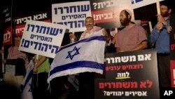Isroil siyosatchisi Maykl Ben-Ari (markazda) falastinlik mahbuslarning ozod etilishiga qarshi namoyishda, 29-oktabr, 2013-yil.