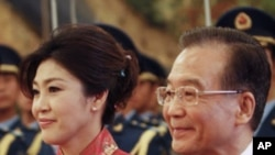 中国总理温家宝(右)4月17日在北京欢迎到访的泰国总理英拉