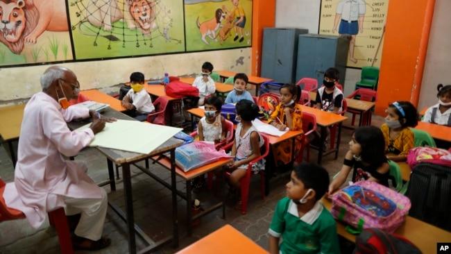 Sekolah-sekolah di India mulai dibuka kembali seperti tampak di kota Prayagraj ini hari Rabu (1/9).