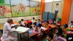 Suasana hari pertama masuk sekolah di Prayagraj, India, 1 September 2021. (AP Photo/Rajesh Kumar Singh)
