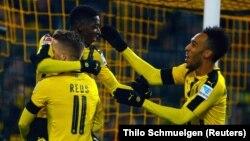 Ousmane Dembélé, Marco Reus et Pierre-Emerick Aubameyang après un but du Borussia Dortmund le 3 décembre 2016.