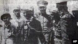 Kurdên Dersîmê qeyd û zîncîran hatine girêdan û ber bi cîhekî nedîyar têne birin.