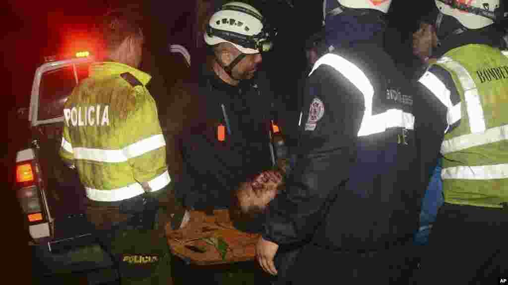 Les secours évacuent un victimes sur le site du crash, en Colombie, le 29 novembre 2016.