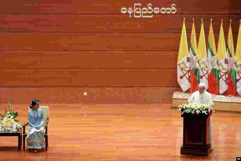 Pemimpin Myanmar Aung San Suu Kyi, kiri, sedang mendengarkan Paus Fransiskus memberikan pidato di International Convention Center, di Naypyitaw, 28 November 2017.