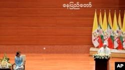 教宗方济格在内比都的国际会议中心发表演说,缅甸领导人昂山素季在旁聆听。(2017年11月28日)