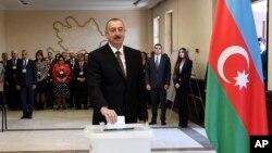 阿塞拜疆总统阿利耶夫星期三在投票站投票