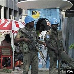 Pasukan perdamaian PBB melakukan penjagaan di jalan-jalan utama di ibukota Abidjan.