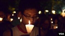 參加者燃點燭光為六四死難者默哀 (美國之音湯惠芸拍攝)