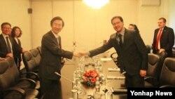 한국과 불가리아 수교 이후 처음으로 불가리아를 공식 방문한 윤병세 한국 외교장관(왼쪽)이 15일 소피아에서 다니엘 미토프 불가리아 외교장관과 악수하고 있다.