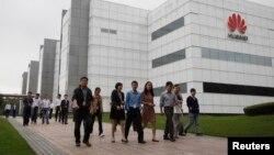 華為技術有限公司的員工走過廣東省深圳市的公司辦公樓(2012年4月17日)。