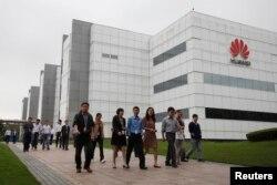 华为技术有限公司的员工走过广东省深圳市的公司办公楼(2012年4月17日)。