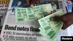 Un vendeur de rue montre les nouveaux billets dans la capitale de Harare, Zimbabwe, le 28 novembre 2016.