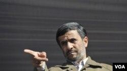 Presiden Mahmoud Ahmadinejad sesaat sebelum memberikan pidato dalam rapat umum di Qazvin, sebelah barat Teheran, Rabu 10 November 2010.