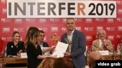 Budimir Ničić, dopisnik Glasa Amerike sa Kosova, prima prvu nagradu za najbolju TV reportažu na Internacionalnom festivalu reportaža i medija (INTERFER) u Beogradu