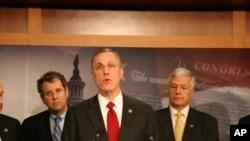 汇率改革法案记者会,参议员布朗(左)众议员墨菲(中)