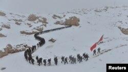 中国武警在新疆喀什的雪地上从事训练(2016年11月22日)