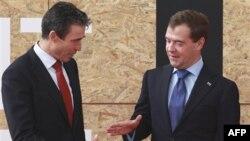 NATO Bosh kotibi Anders Fog Rasmussen va Rossiya prezidenti Dmitriy Medvedev