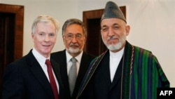 Справа налево: Райан Крокер, Ранжин Дадфар Спанта, Хамид Карзай. Архивное фото.
