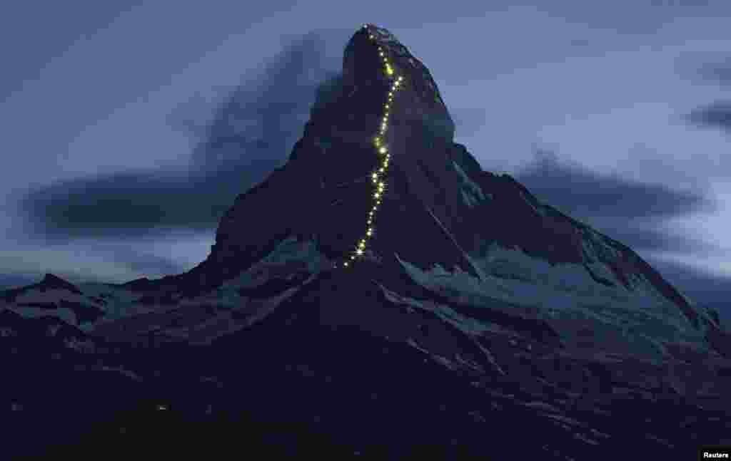 ពន្លឺភ្លើងដែលដើរដោយថាមពលព្រះអាទិត្យនៅតាមជម្រាលភ្នំ Hoernliក្នុងជួរភ្នំ Matterhorn ក្នុងទីក្រុង Zermatt ប្រទេសស្វីសនៅថ្ងៃទី ១៣ខែកក្កដាឆ្នាំ២០១៥។