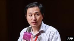 چین کے سائنسدان ہی جین کوئی نے گزشتہ برس اُن جڑواں بچیوں کی پیدائش سے متعلق بتایا تھا جو جینیاتی تبدیلی کی حامل تھیں۔ ان کی اس تحقیق پر دنیا بھر کے سائنسدان حیران تھے۔ (فائل فوٹو)
