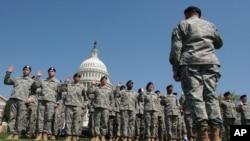 资料照:在华盛顿国会山的一队被召集的美军后备役军人