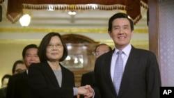 资料照片:台湾总统当选人蔡英文与时任总统马英九在台北会面。(2016年3月30日)