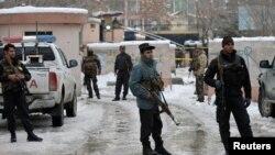 ماموران امنیتی بعد از انفجار مقابل دیوانعالی افغانستان در شهر کابل