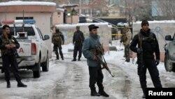 7일 아프가니스탄 수도 카불의 대법원 근처에서 자살폭탄 공격이 발생한 가운데 경찰이 사건 현장을 지키고 있다.