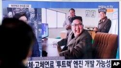 El líder nortecoreano Kim Jong Un en el sitio de lanzamiento Sohae del país, en la estación de Seúl en Seúl, Corea del Sur, el domingo 19 de marzo de 2017.