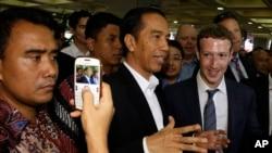 Presiden Joko Widodo bersama CEO Facebook Mark Zuckerberg (kanan) mengunjungi pasar di Jakarta tanggal 13 Oktober 2014.