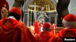 12일 바티칸에서 새 교황 선출을 위한 추기경단 회의가 시작된 가운데, 회의에 앞서 미사에 참석한 추기경들.