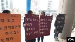 북한인권단체 `나우' 소속 회원들이 지난 25일 서울역 광장에서 북한의 인권 실태를 알리는 구호와 팻말을 들고 서 있다. '나우'는 매월 마지막 주 토요일마다 북한인권에 대한 관심을 촉구하기 위해 거리 캠페인을 벌이고 있다.