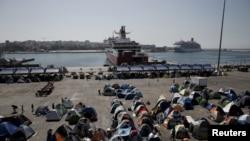 Muhaajiriinta ku sugan dekedda Piraeus.