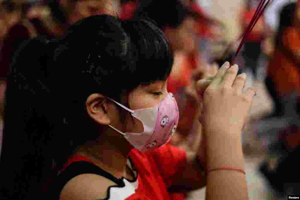 سینکڑوں چینی باشندوں، جن میں مرد، خواتین اور بچے بھی شامل ہیں، نے تہوار کی تقریبات میں بھی کرونا وائرس سے بچنے کے لیے ماسک استعمال کیے۔
