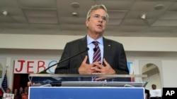 Kandidat za republikansku predsedničku nominaciju, bivši guverner Floride Džeb Buš, na skupu u Tampi na Floridi.