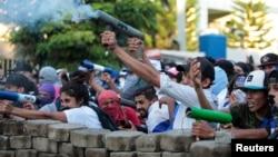 Para demonstran menembakkan mortir buatan sendiri pada aksi protes rusuh di Managua, Nikaragua (30/5).