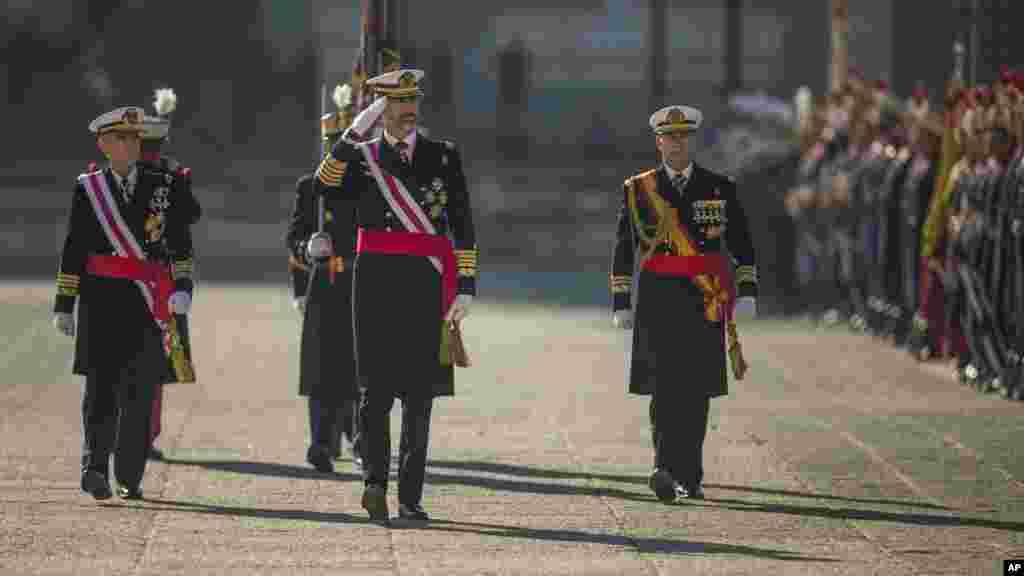 El rey Felipe de España participa en un desfile militar de la Epifanía.