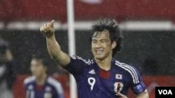 Striker Jepang Shinji Okazaki mencetak hat-trick dalam pertandingan Grup B Piala Asia melawan Arab Saudi di Doha hari Senin (17/1).