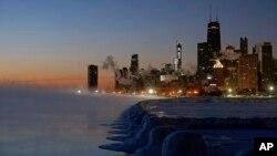 Băng đóng dọc bờ Hồ Michigan ở Chicago trước khi mặt trời mọc, ngày 31/1/2019. (AP Photo/Kiichiro Sato)