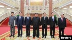 한국 정부 특별사절단이 5일 평양에서 김정은 북한 국무위원장과 촬영한 사진을 청와대가 공개했다.