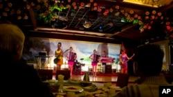 지난 2월 중국 베이징의 북한 식당 '옥류관'에서 북한 종업원들이 공연을 펼치고 있다. (자료사진)